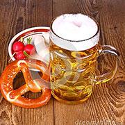 Cerveza con salchicha y pan crujiente