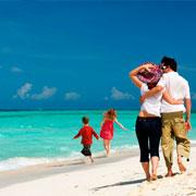 Con tu familia al lado del mar